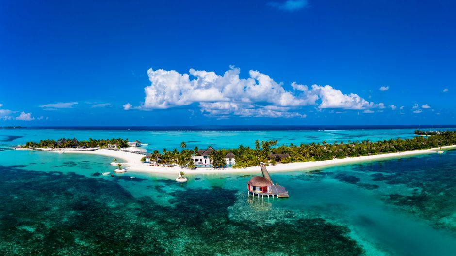 Blick auf Maadhoo Island, eine der Malediven-Inseln.