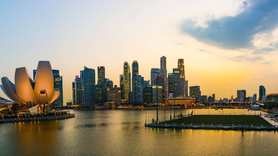 Marina Bay Sands Hotel, ArtScience Museum und Skyline von Singapur bei Sonnenuntergang