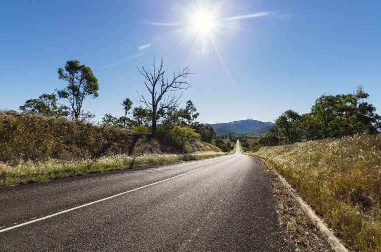 Die Mittagssonne brennt über der Straße nach Brisbane.
