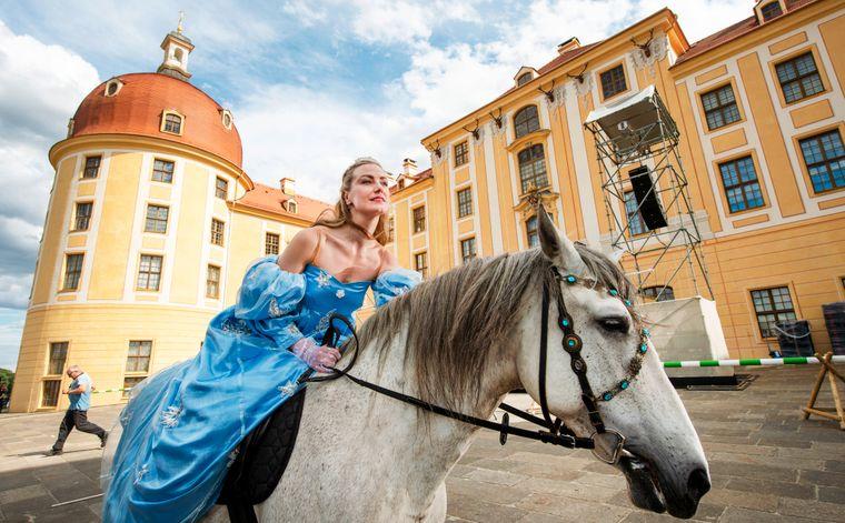 Drei Haselnüsse für Aschenbrödel als Theaterstück am Original-Drehort Schloss Moritzburg bei Dresden.