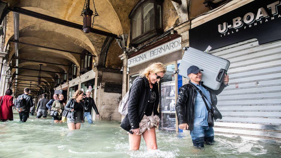 Mehr als 70 Prozent von Venedigs Altstadt waren überflutet. Touristen und Gastronomen machten das Beste aus der Situation.