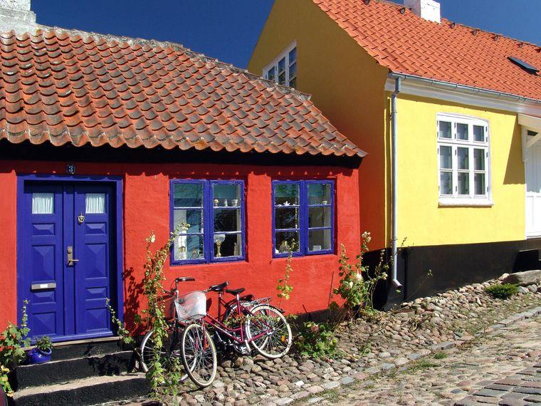 Bunte Häuser mit Reetdächern in Ebeltoft, Dänemark.
