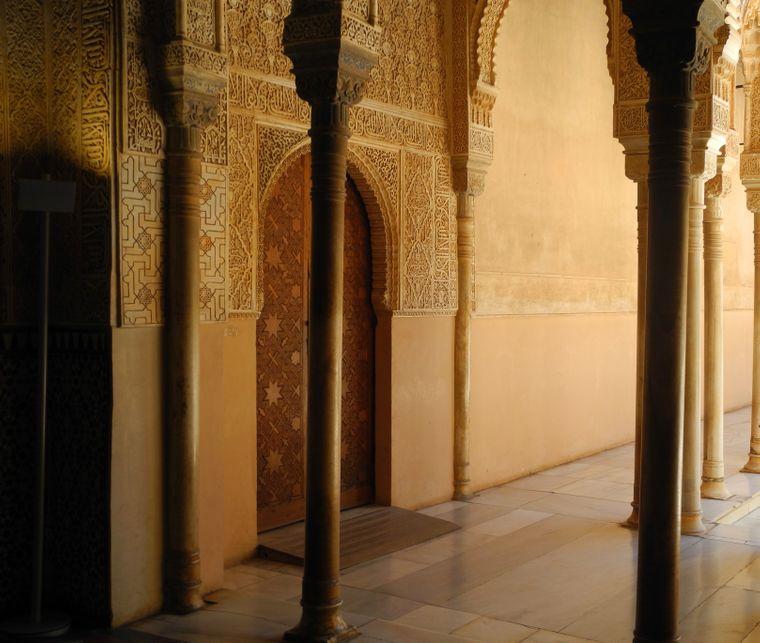Einer der Nasridenpaläste der Alhambra. Nicht im Bild: Hunderte Touristen.