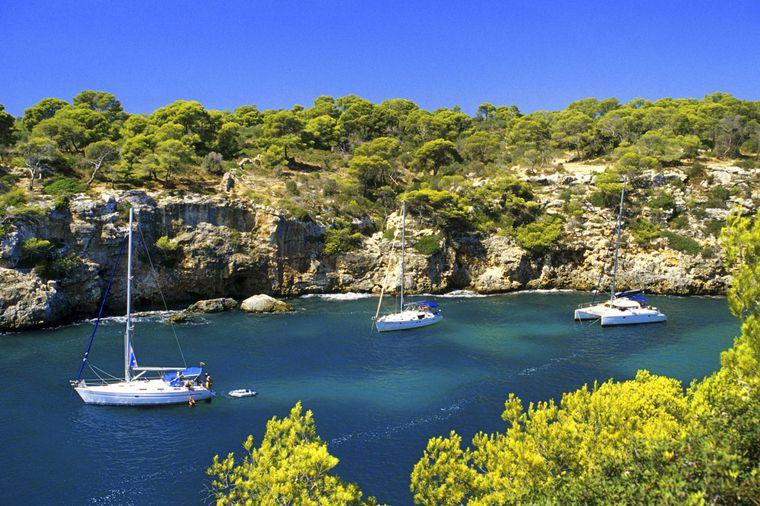 Auch mit dem Boot ist der Strand von Cala Pi erreichbar.