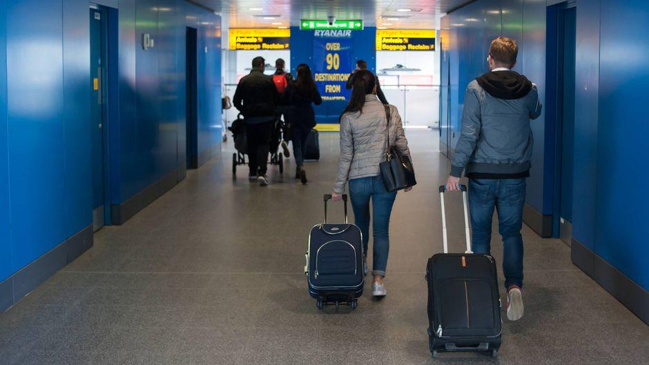 Ryanair-Gäste am Flughafen von London-Stansted (England).