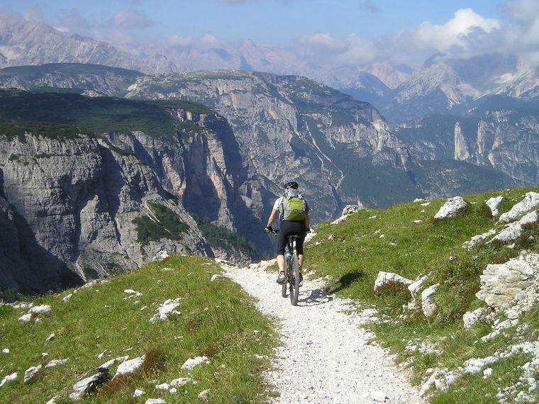 Rasante Trails und kurvenreiche Panoramastrecken: Langweilig wird es auf dem Fahrrad in Italien garantiert nicht.