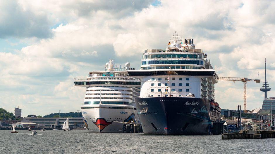 Zwei große Kreuzfahrtschiffe in Kiel am Ostseekai. Die Reedereien Aida und Tui Cruises streichen alle Kreuzfahrten.