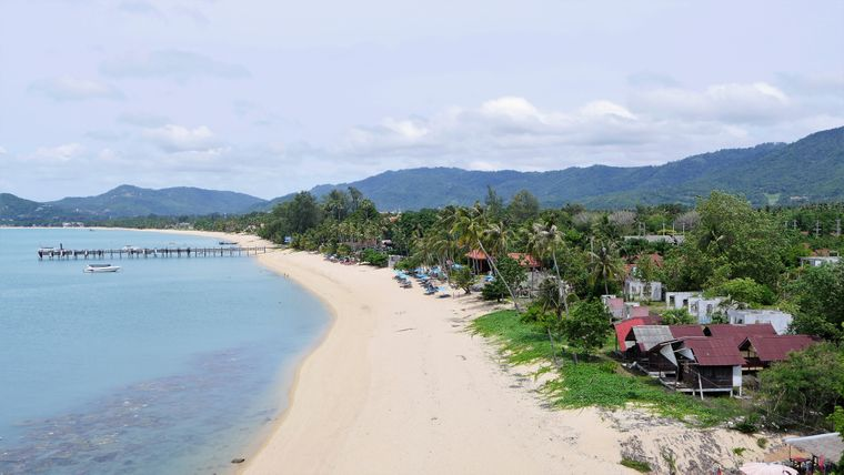 An diesem abgelegenen Strandabschnitt liegt der Viewpoint von Maenam – von dort hast du einen tollen Ausblick auf den Ort.