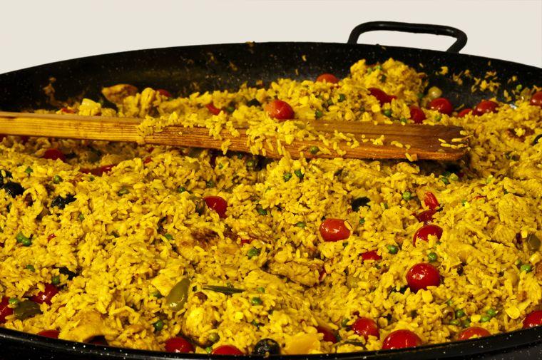 Spanisches Reisgericht Paella in einer Pfanne.