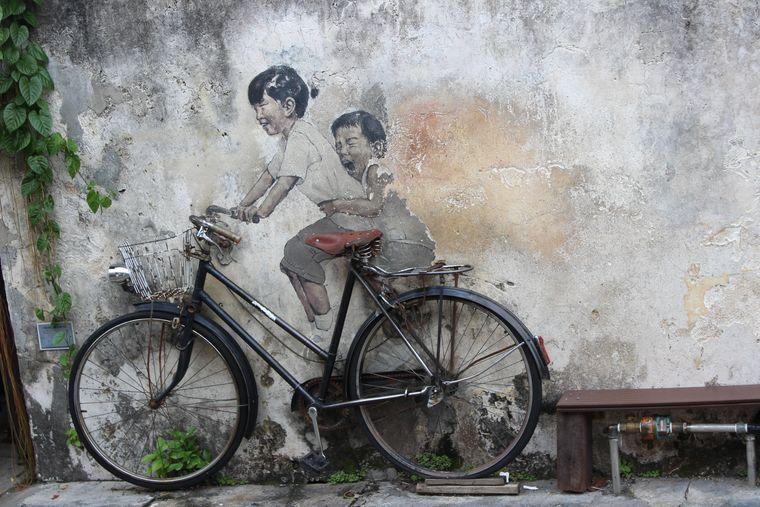 """Die Installation """"Children on Bycicle"""" von Ernest Zacharevic gehört zu den bekanntesten Werken in George Town."""