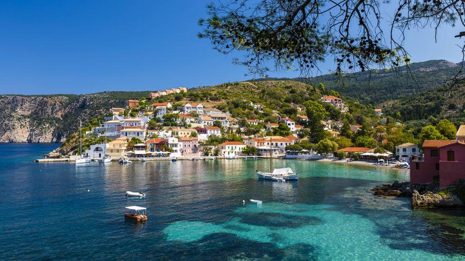 Pittoresker Hafen von Assos auf Kefalonia, Griechenland.