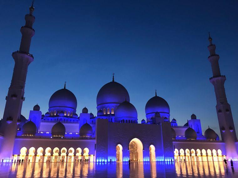 Wer zur blauen Stunde kommt, kann an der Scheich-Zayid-Moschee in Abu Dhabi 1001-Nacht-Fotos machen.