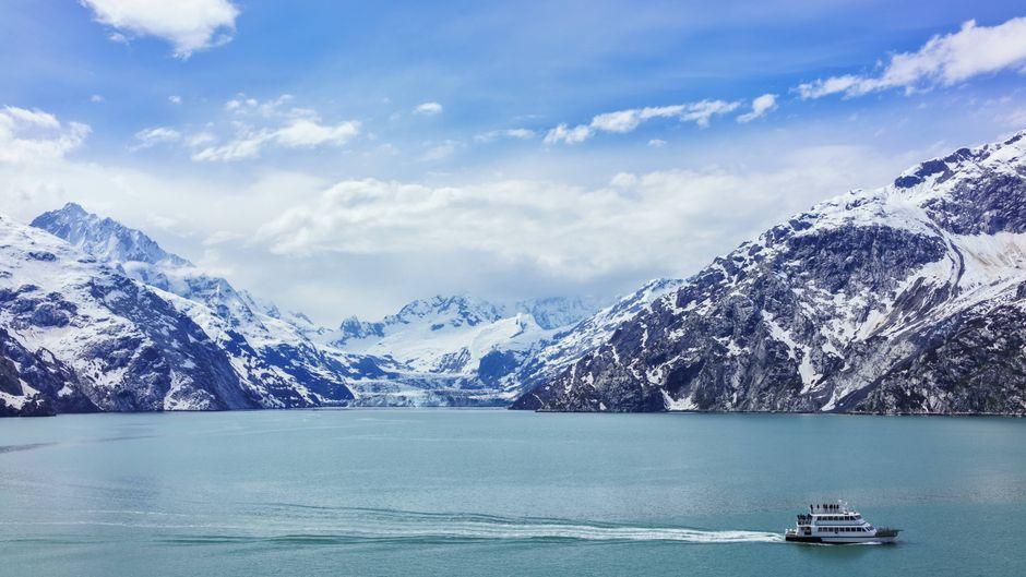 Ein Tour-Boot vor dem Johns-Hopkins-Gletscher in der Glacier Bay.