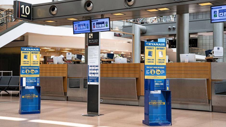 Ein verwaister Ryanair-Schalter am Hamburger Flughafen.