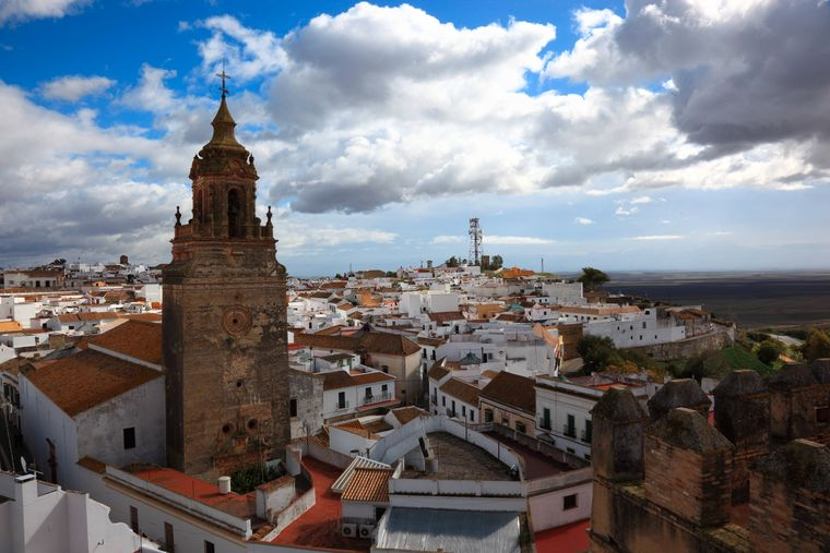 Die Stadt Carmona in der Provinz Sevilla mit Blick vom Torre del Oro auf die Kirche San Bartolome und die Altstadt.