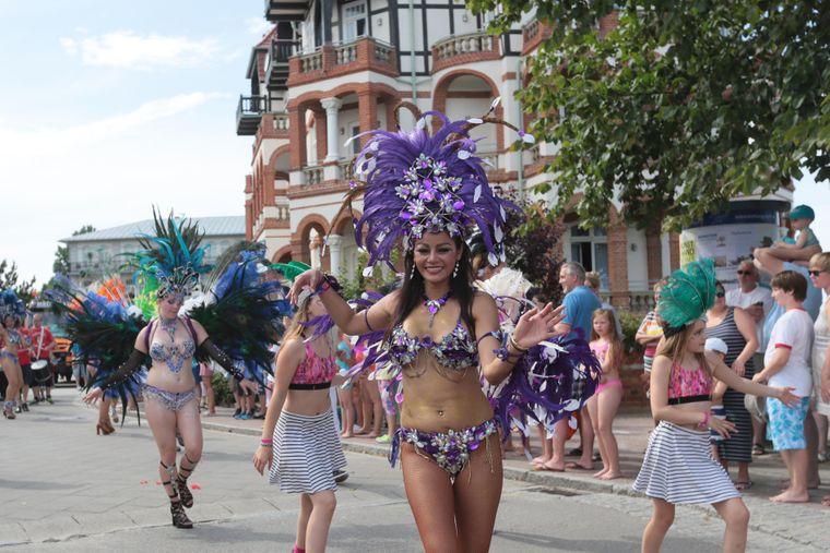Kühlungsborn lädt jedes Jahr zum Sommerspektakel mit Samba-Umzug, Beachparty und Livemusk ein.