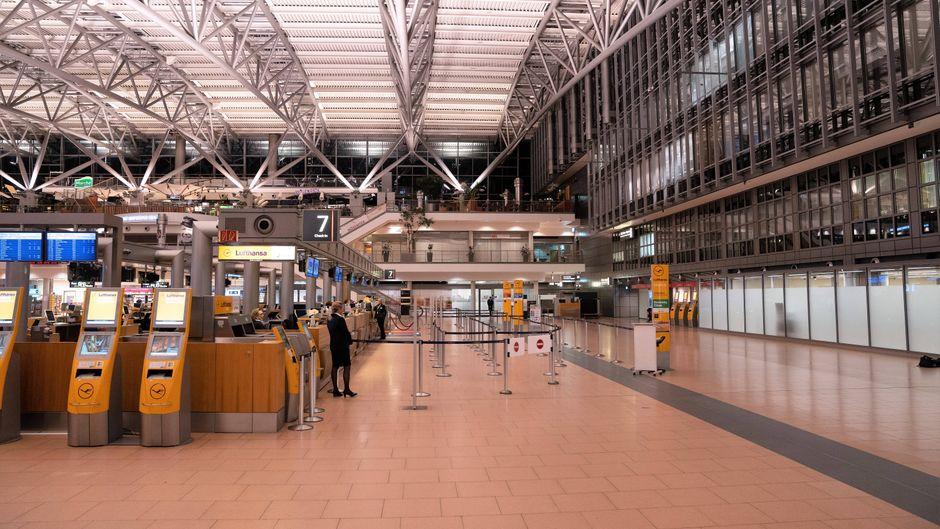 Leere Abflughalle und Schalter am Flughafen Hamburg beim Warnstreik des Sicherheitspersonals am 15. Januar 2019.