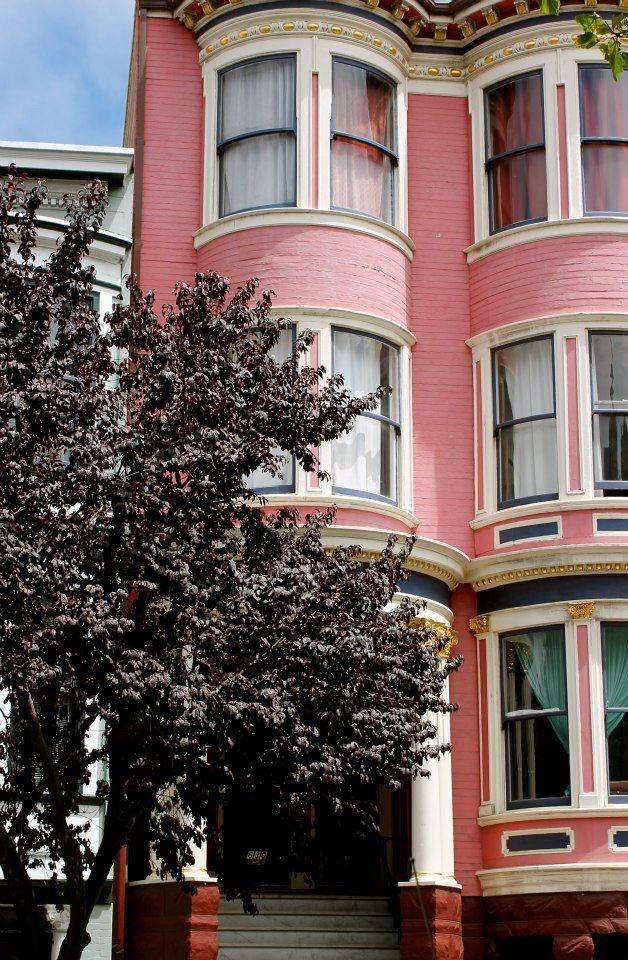Rosa Haus im viktorianischen Stil.