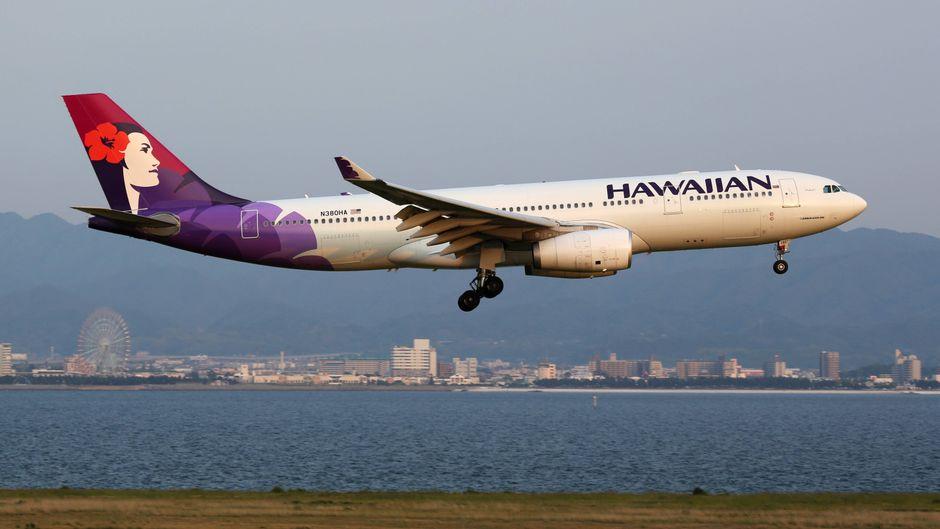 Ein Airbus A330 der Hawaiian Airlines mit der Kennung N380HA landet auf dem Flughafen Osaka Kansai (KIX).