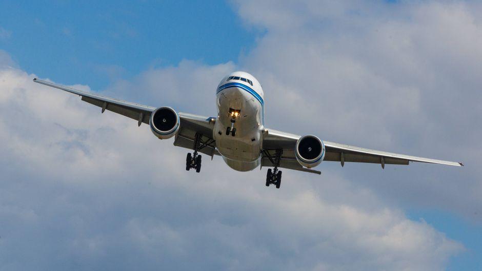 Eine Boeing 777 im Landeanflug auf den Flughafen.