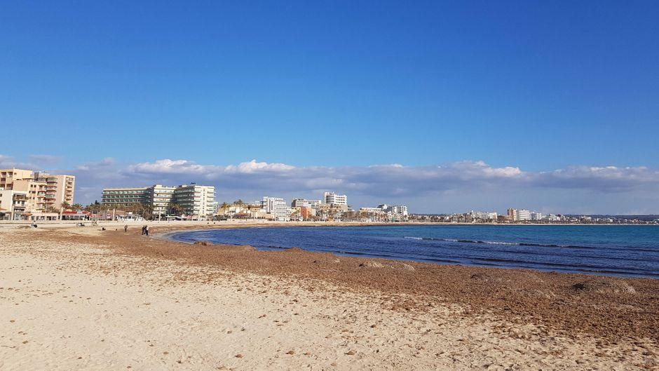 Der menschenleere Strand von Playa de Palma bekommt bald Zuwachs auf der beliebten Touristeninsel. (Symbolbild)