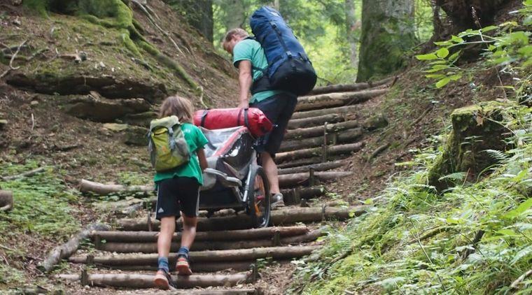 Mit zwei Rucksäcken und einem Fahrradwagen reist Familie Gölz von Freiburg nach Bissingen.