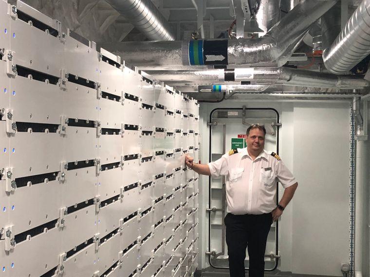 Chefingenieur Jonny Johnson in seinem Heiligtum auf Deck 2: Die in den Schränken gelagerten Lithiumakkus können das 140 Meter lange Schiff mit E-Antrieb etwa 30 Minuten lang voranbringen.