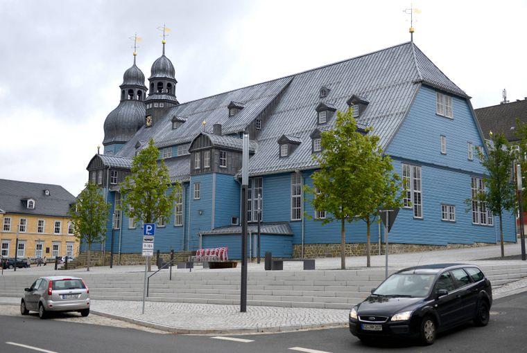 Deutschlands größte Holzkirche ist blau!