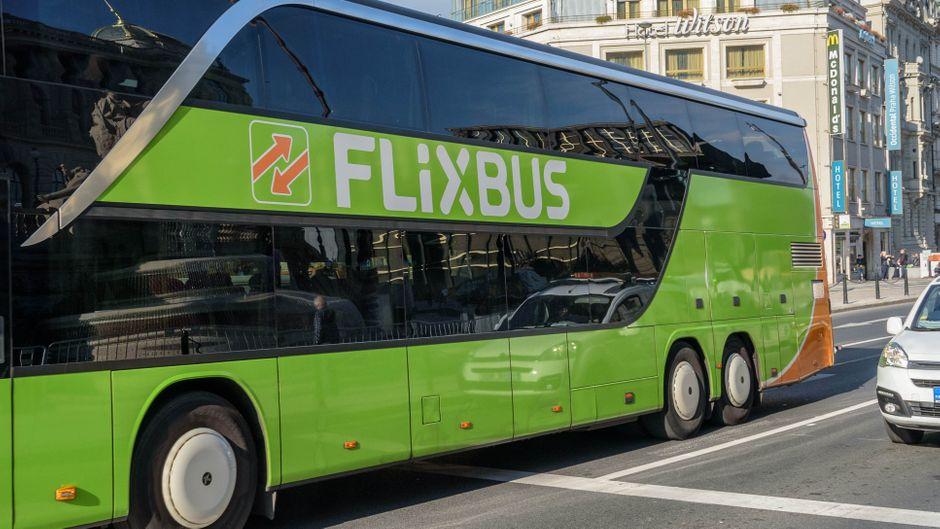 Ein Flixbus in Prag – dort ließ ein Fahrer eine Oma sowie ihre Enkel mitten in der Nacht stehen.