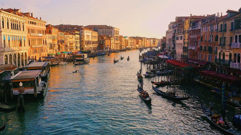 Blick auf den Canal Grande in Venedig bei Sonnenuntergang.