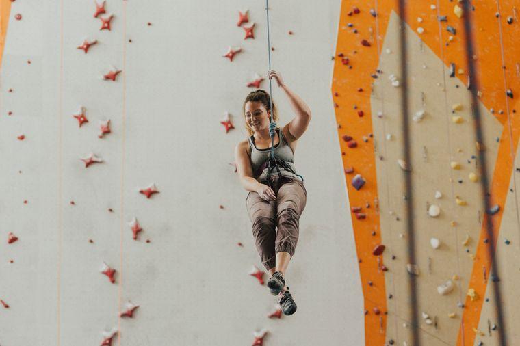Hier ist Vertrauen gefragt: Beim Klettern sichert ihr euch gegenseitig.