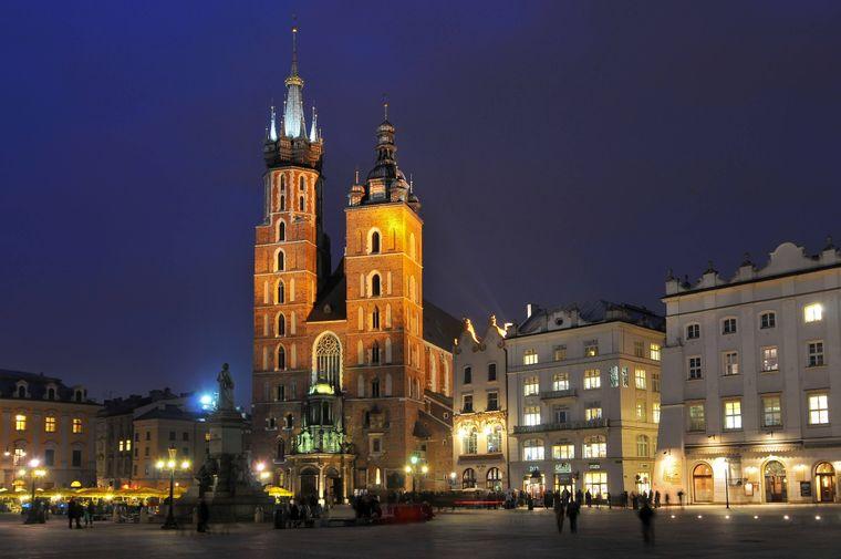 Die gotische Marienkirche auf dem Hauptmarkt in Krakau (Polen) bei Nacht.