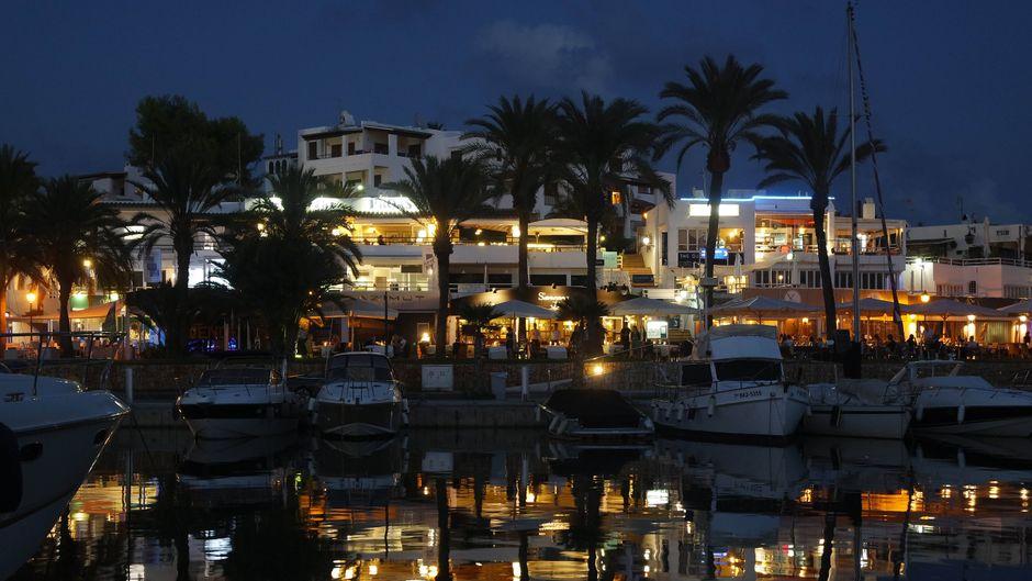 """Das Nachtleben von Cala d'Or bietet für jeden etwas – im """"The Quarterdeck Café & Bar"""" zum Beispiel kannst du deinen Drinks mit Blick auf den Yachthafen genießen."""