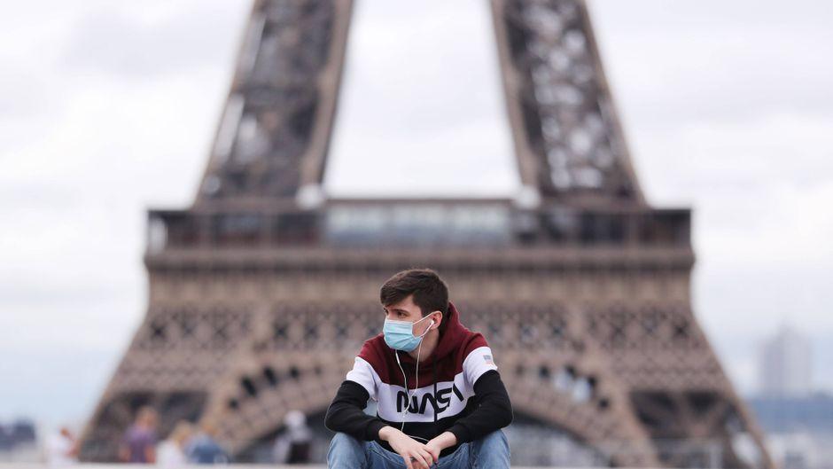 Masken-Müll auf die Straße zu werfen wird in Frankreich teuer.