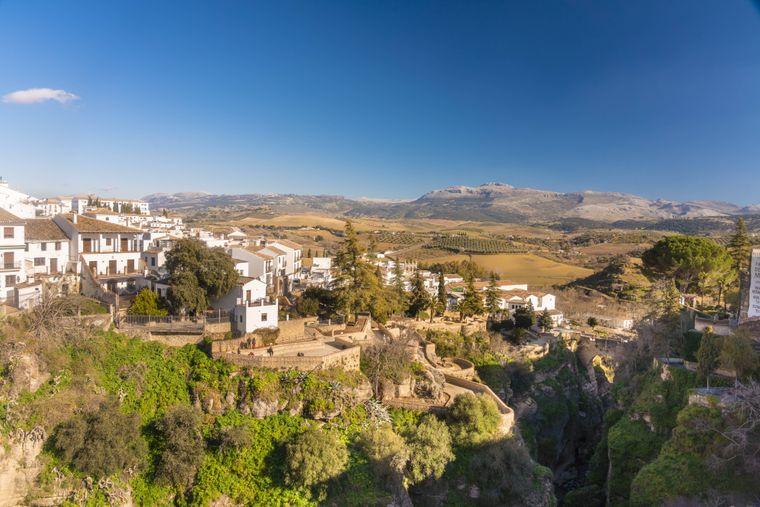 Weiße Häuser der Kleinstadt Ronda in Andalusien, Spanien.