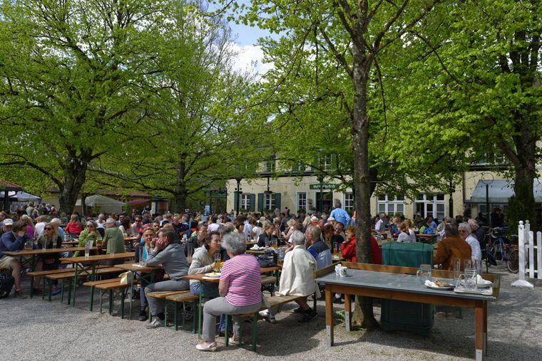 Menschen sitzen im Jazzbiergarten in der Waldwirtschaft Pullach.