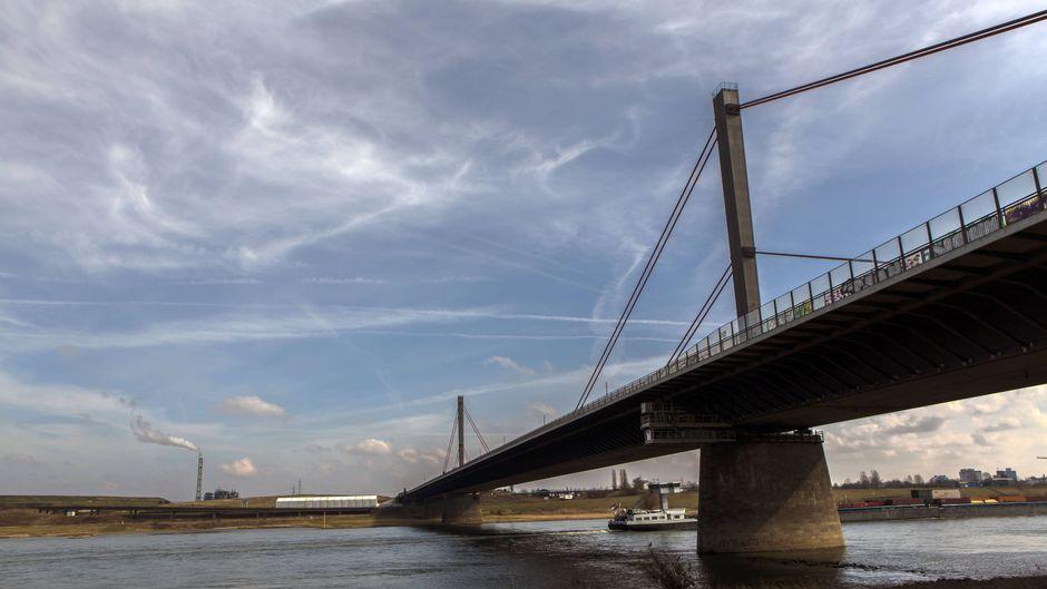 Die Rheinbrücke der A1 bei Leverkusen soll durch zwei Brückenbauwerke mit je fünf Fahrstreifen ersetzt werden.