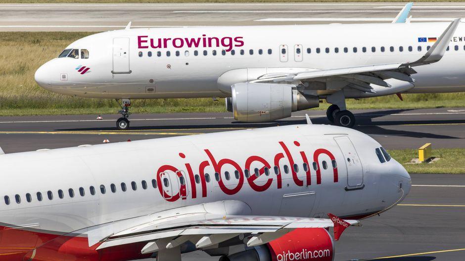 Eine Maschine von Eurowings und eine von Air Berlin am Flughafen Düsseldorf International.