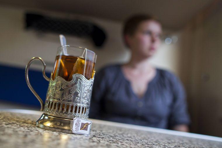 Eine Tasse Tee in einem Nachtzug der Russischen Staatsbahn, bevor Reisende sich entspannt ins Land der Träume begeben.
