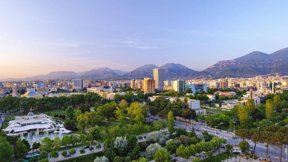 Ausblick vom Sky Tower auf Tirana – trotz der hohen Betonbauten ist die Stadt  echt schön.