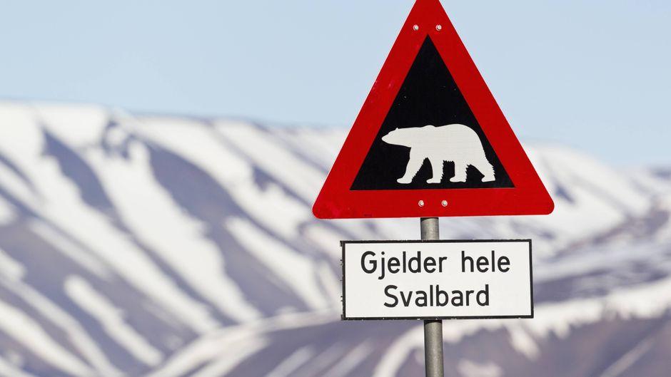 Eisbär-Warnschild auf Spitzbergen.