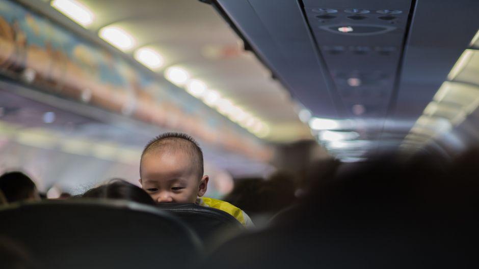 Kleiner Junge in einem Flugzeug.