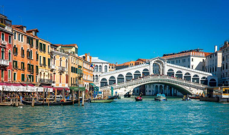 Die Rialtobrücke in Venedig prägt das Stadtbild nachhaltig.