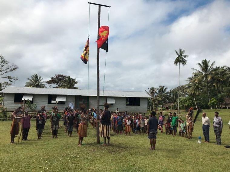 Wie bei einem Staatsakt: Die Bewohner des Dorfes Usakow hissen zur Feier des Nationalfeiertags die Flagge von Papua-Neuguinea.