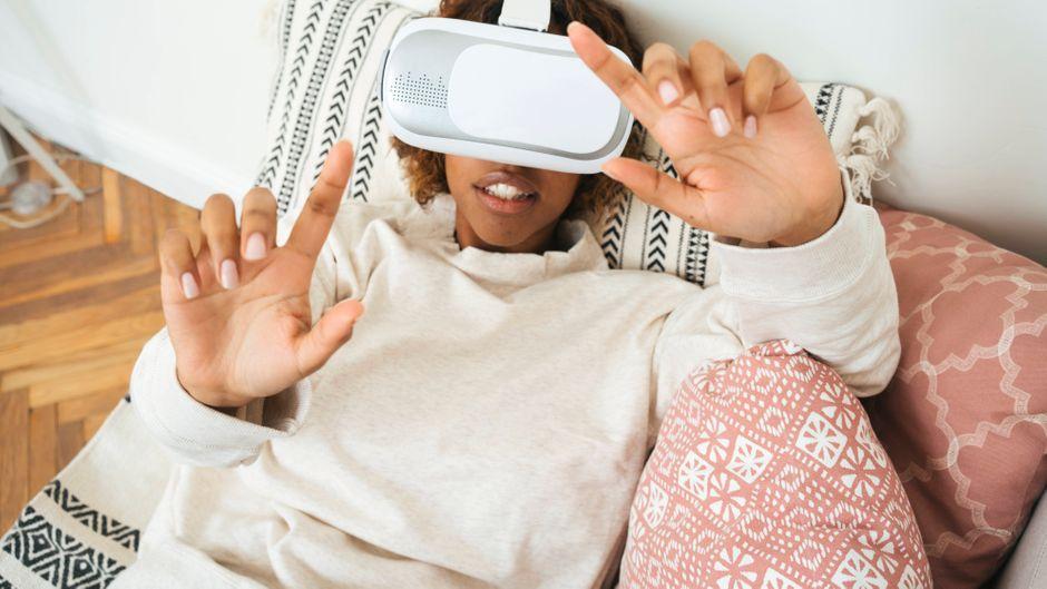Eine Frau mit einer VR-Brille.