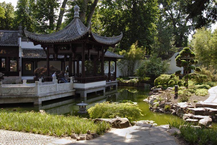 Der Tee- und Wasserpavillon im Chinesischen Garten des Himmlischen Friedens im Bethmannpark in Frankfurt am Main.