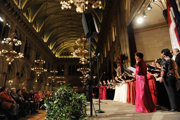 Verschiedene Nationen singen jedes Wochenende beim jährlichen Adventsingen in Wien.