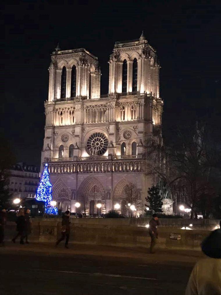 Facebook-Nutzerin Chrissi Bö aus Potsdam war zur Weihnachtszeit im Dezember 2018 in Paris. Sie fotografierte den Weihnachtsbaum vor Notre-Dame.