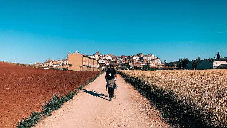 Ein Pilgerer auf dem Jakobsweg (Santiago de Compostela) in Spanien.