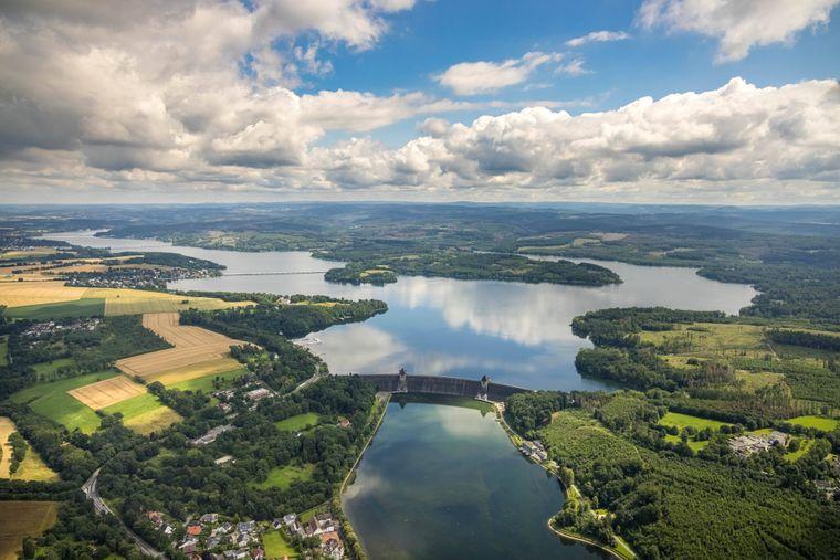 Luftbild der Möhnetalsperre – hier mit einem Wasserhöchststand nach starken Regenfällen.